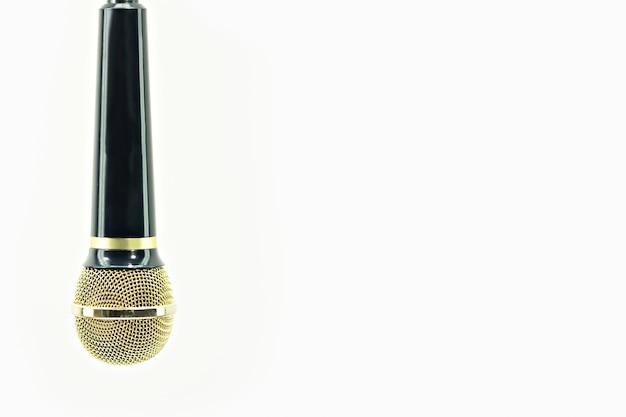 Microfono oro e nero su bianco isolato.