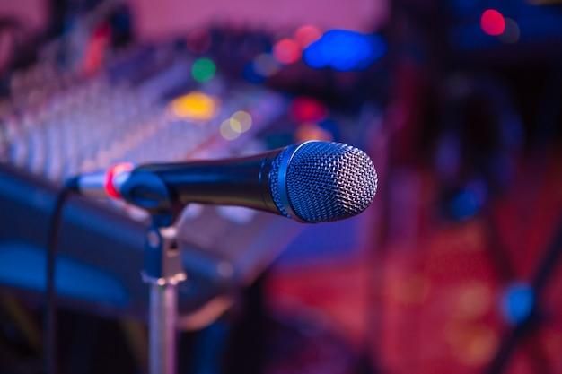 Microfono. primo piano del microfono. un pub. bar. un ristorante. musica classica. musica
