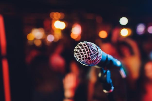 Microfono. primo piano del microfono. un pub. bar. un ristorante. musica classica. musica.