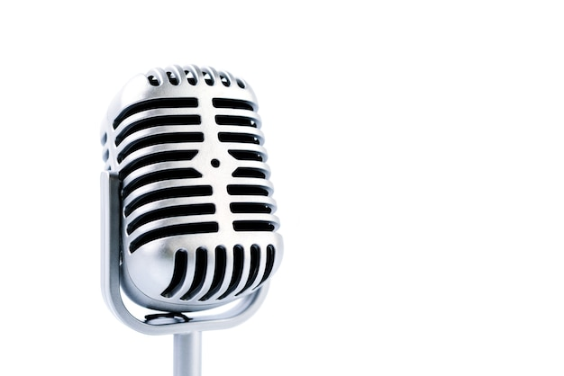 Microfono retrò isolato su bianco
