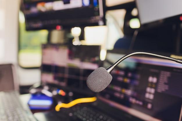 Microfono sopra la foto sfocata astratta di piccola sala conferenze o sala seminari con sfondo di partecipanti. concetto di formazione per piccole imprese. discorso pubblico.