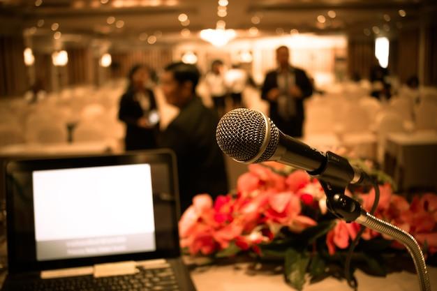 Microfono su astratto sfocato di podio anteriore e discorso nella sala seminari