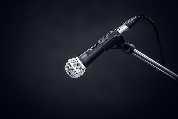 Microfono su sfondo grigio scuro