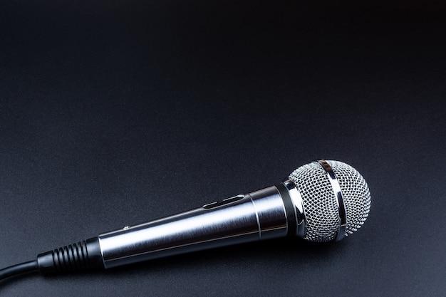 Microfono su sfondo nero