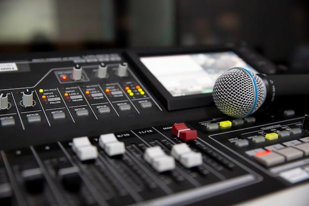 Microfono sul mixer audio in studio per la registrazione, l'editing e il concetto di controllo del sistema audio.