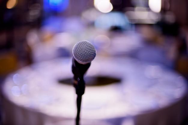 Microfono sul palco, altoparlante,