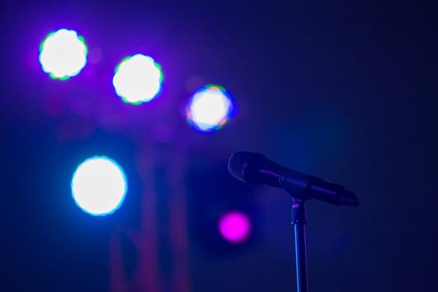 Microfono sul palco contro uno sfondo