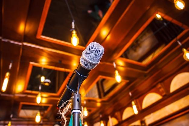 Microfono sul palco prima della performance dell'artista. avvicinamento.