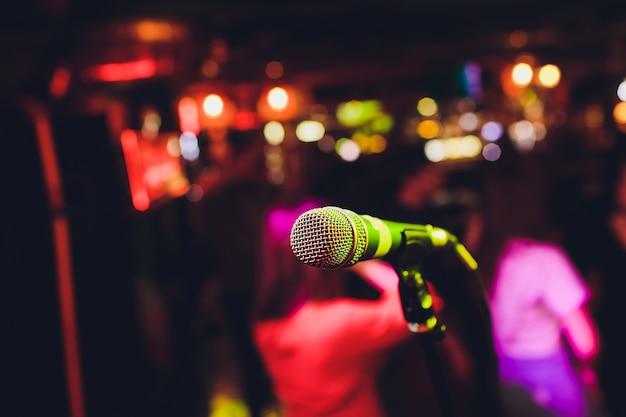 Microfono sul palco su uno sfondo di auditorium.