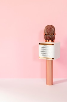 Microfono wireless con sfondo rosa