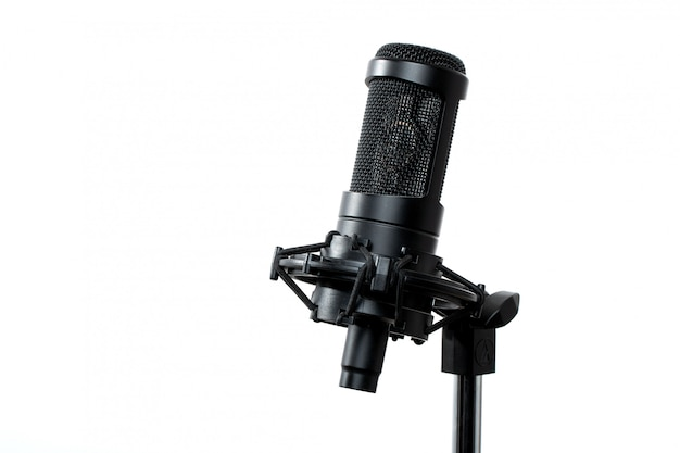Micropfone nero in piedi in studio