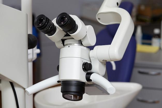 Microscopio binoculare medico endodontico professionale nell'ufficio dentale