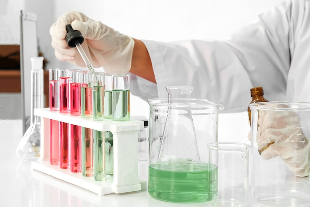 Microscopio con vetreria per laboratorio, concetto di ricerca e sviluppo di laboratorio di scienza