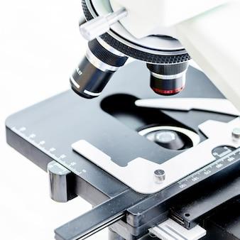 Microscopio da laboratorio con oculare stereo isolato su uno sfondo bianco