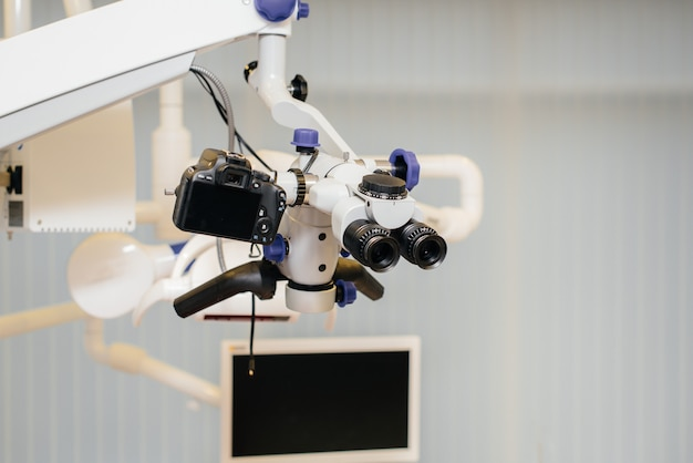 Microscopio da vicino per operazioni dentali