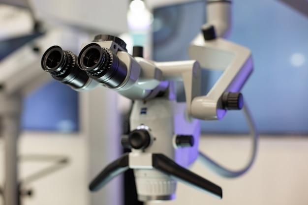 Microscopio dentale sullo sfondo dell'odontoiatria moderna.