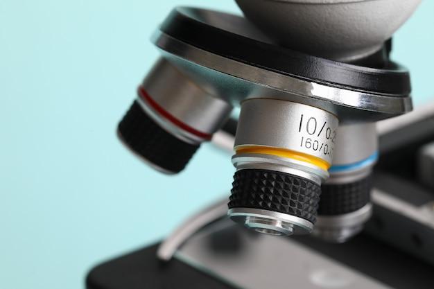 Microscopio di chimica su fondo blu moderno