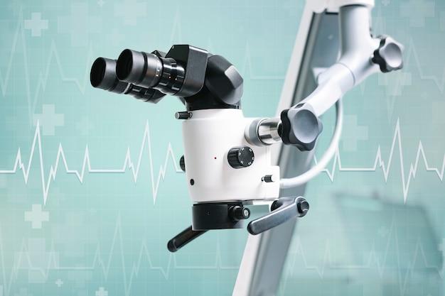 Microscopio elettrico con sfondo verde acqua