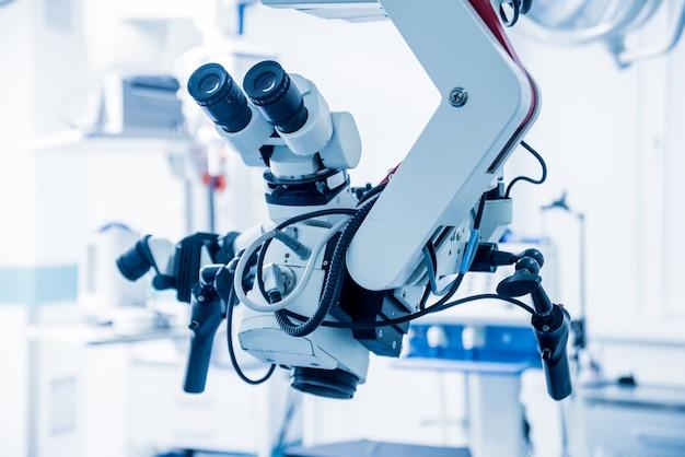 Microscopio moderno per operazioni in sala operatoria in ospedale.