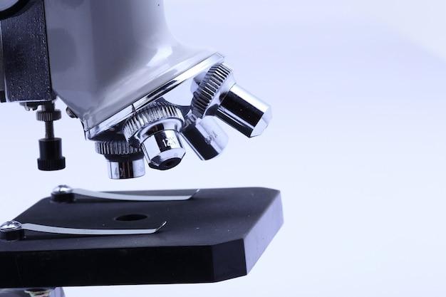 Microscopio per laboratorio di scienziati e studenti