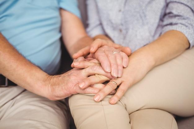 Midsection di tenersi per mano delle coppie