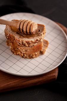 Miele alto angolo con fette di pane
