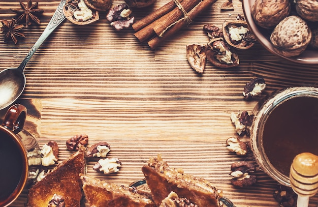 Miele baklava con noci. messa a fuoco selettiva cibo.