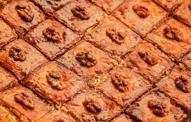 Miele baklava con noci. messa a fuoco selettiva natura.