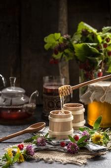 Miele biologico naturale su un tavolo di legno. natura morta