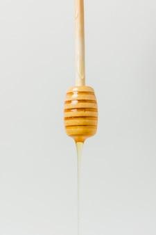 Miele che cade dal cucchiaio