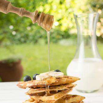 Miele che cade su waffles