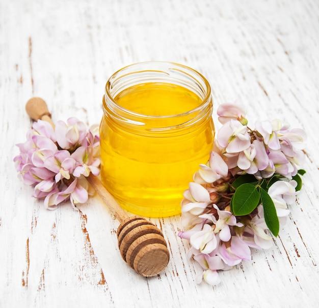 Miele con fiori di acacia