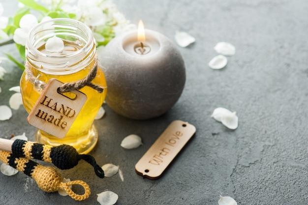 Miele con fiori e cucchiaio di legno