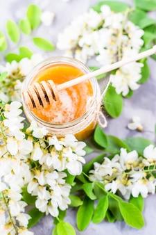 Miele di acacia e altri nettare tra i rami fioriti di acacia
