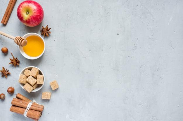 Miele e mela, zucchero di canna e anice con cannella su sfondo chiaro