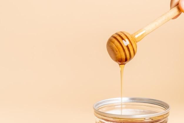 Miele e sfondo di favi freschi