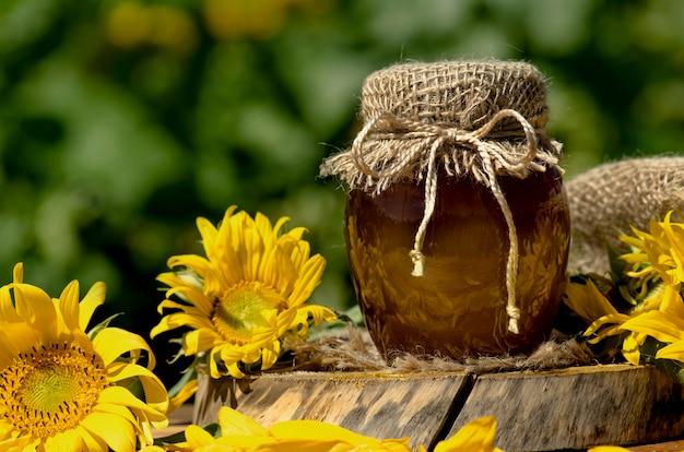 Miele in campo di fiori selvatici