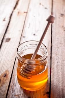 Miele pieno e bastoncino di miele