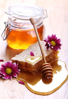 Miele sul tavolo di legno