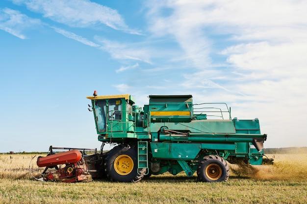 Mietitrebbiatrice raccolta grano maturo sul campo