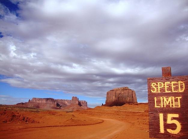 Miglia deserto di sabbia nuvole velocità nuvola di rete