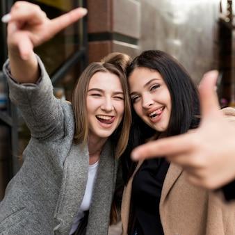 Migliori amici che posano in modo divertente