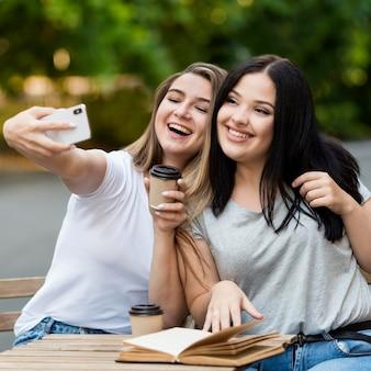 Migliori amici che prendono un selfie all'aperto