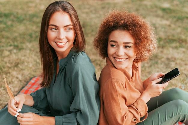 Migliori amici che trascorrono del tempo insieme in autunno