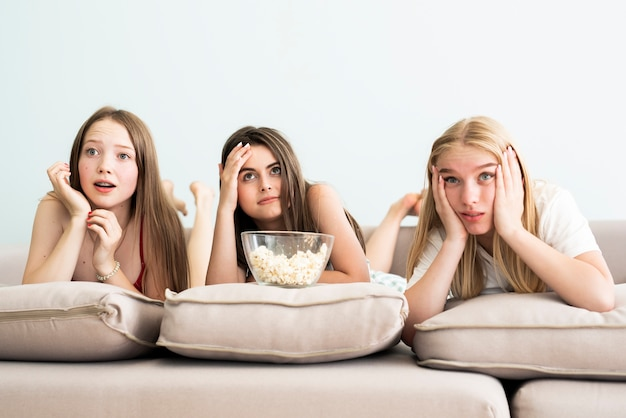 Migliori amici confusi che guardano un film
