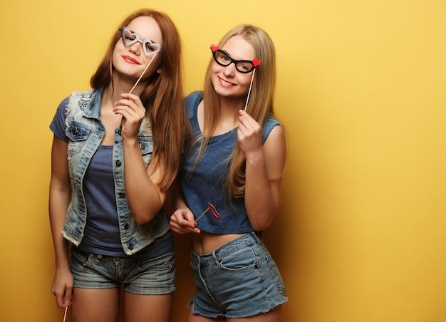 Migliori amici di ragazze alla moda sexy hipster pronti per la festa.