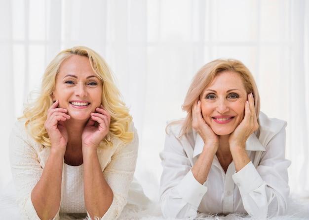 Migliori amici senior che sorridono mentre esaminando la macchina fotografica