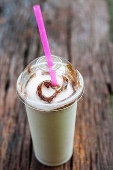 Milk shake sul tavolo di legno