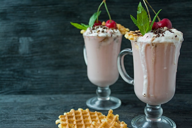 Milkshake alla ciliegia con gelato e panna montata
