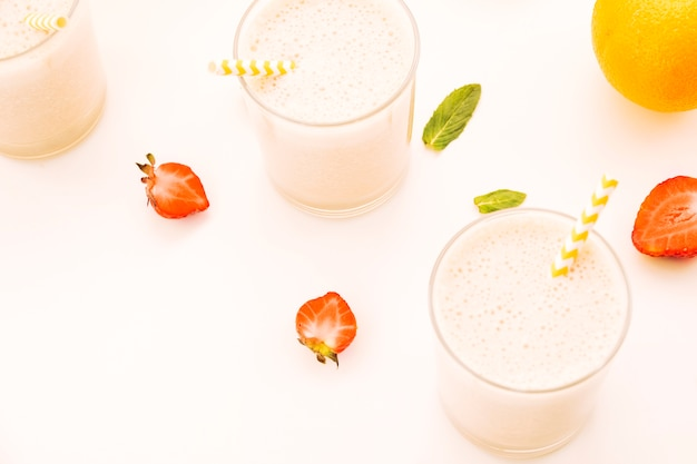 Milkshake rosa con frutti di bosco